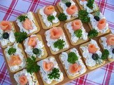 Krakersy z serkiem i wędzonym łososiem Snacks Für Party, Appetizers For Party, Appetizer Recipes, Lunch Recipes, Party Food Platters, Food Decoration, Appetisers, Food Design, Finger Foods