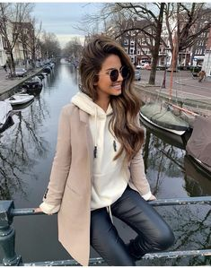fall outfit idea_beige coat white hoodie black skinnies Source by melinamontes Hoodie outfit Amsterdam Fashion, Mode Amsterdam, Amsterdam Outfit, Amsterdam Street Style, Casual Fall Outfits, Simple Outfits, Winter Outfits, Street Style Outfits, Fashion Outfits