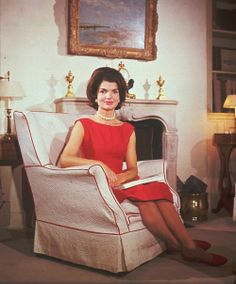 Fashion photos of Jackie Kennedy Onassis - jacqueline kennedy in red dress in armchair. Jacqueline Kennedy Onassis, Estilo Jackie Kennedy, John Kennedy, Les Kennedy, Jaqueline Kennedy, Her Style, Lady In Red, Style Icons, Marie