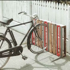 bike rack from old pallets.be really cool to paint the American flag on it! Creative DIY bike storage racks to solve the Pallet Bike Racks, Diy Bike Rack, Bike Storage Rack, Bicycle Rack, Garage Storage, Outdoor Bike Storage, Storage Stairs, Patio Storage, Garage Organization
