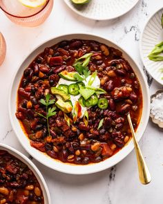Slow Cooker Vegetarian Chili with Smoky Brown Sugar & Lime - Vegetarian 'Ventures Chili Mac Recipe, Chili Recipes, Veggie Recipes, Veggie Food, Soup Recipes, Vegetarian Chili, Vegetarian Recipes, Healthy Recipes, Vegan Meals