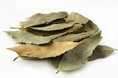Home Dandruff Remedies ~ Bay leaf rinse for dandruff (and an itchy scalp too! Home Remedies For Pimples, Dandruff Remedy, Homeopathic Remedies, Hair Remedies For Growth, Skin Care Remedies, Natural Remedies, Acne Remedies, Bay Leaf Tea, Flaky Scalp