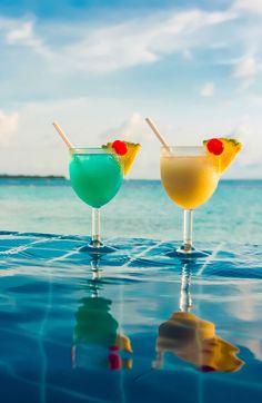 Tropical drinks with an ocean view! Tropical drinks with an ocean view! Fruity Drinks, Summer Drinks, Cocktail Drinks, Alcoholic Drinks, Cocktails, Beverages, Et Wallpaper, Summer Wallpaper, Happy Summer