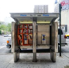 A New York, l'architecte John Locke a transformé cette ancienne cabine téléphonique en bibliothèque publique où les habitants peuvent venir prendre, emprunter ou échanger des livres.