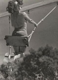 28 Interesting Vintage Photos Show People Playing Swing in the Past Vintage Photographs, Vintage Photos, Foto Art, Jolie Photo, Black N White, Vintage Love, Black And White Photography, Old Photos, Pin Up