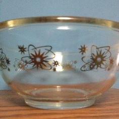 Not sure whether this really is Pyrex but it sure is cool! Pyrex Mixing Bowls, Pyrex Bowls, Vintage Kitchenware, Vintage Pyrex, Retro Kitchen Accessories, Rare Pyrex, Glass Kitchen, Kitchen Essentials, Bakeware