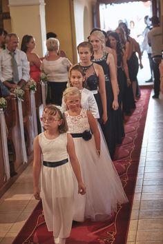 Templomi bevonulás koszorúslányok