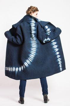 I'll never get tired of Japanese shibori. I like how the print is big and bold compared to the chunky navy blue. Tye Dye, Moda Retro, Shibori Tie Dye, Japanese Textiles, Indigo Dye, Fabric Manipulation, How To Dye Fabric, Mode Inspiration, My Style