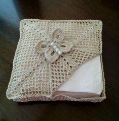 Gorgeous Crochet basket and wicker figures you should see Crochet Motifs, Crochet Doilies, Love Crochet, Crochet Gifts, Baby Knitting Patterns, Crochet Patterns, Tissue Box Crafts, Confection Au Crochet, Crochet Decoration
