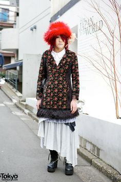 Masaya is wearing a floral coat from Algonquins over an AnkoROCK shirt and Gramm (by h.Naoto) skirt. His bag and boots (decorated with a silver chain) are also from AnkoROCK, which is his favorite shop. He accessorized with a furry red hat and a flower pinned to it.