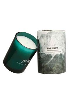 Bougie parfumée: Bougie parfumée contenue dans un récipient en verre. Diamètre 7,5 cm, hauteur 10,5 cm. Durée de combustion 45 heures.