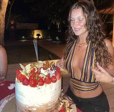 Gigi Hadid, Bella Hadid Birthday, Modelos Victoria Secret, Trench Coat Dress, Isabella Hadid, Bella Hadid Outfits, Bella Hadid Photos, Bday Girl, Mode Style