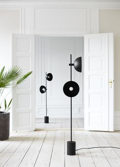 In collaboration with the talented Danish designer Laura Bilde, HANDVÄRK now adds its first lamp to the popular line of marble tables and luxurious daybeds. STUDIO LAMP has an industrial look that is directly inspired. Unique Floor Lamps, Industrial Floor Lamps, Brass Floor Lamp, Photo Lamp, Studio Lamp, Fire Pit Lighting, Interior Styling, Interior Design, Light Decorations