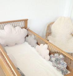 Beaucoup d'originalité pour ce tour de lit dans le style vintage chic, composé de 6 nuages côtés et d'un gros nuage de tête de lit.   De couleur beige et taupe en liberty, v - 14144483