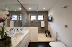reforma de banheiro pia marmore com saia estreita beto e norea