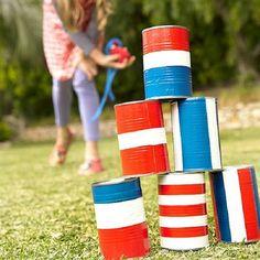6. בול-פגיעה בקופסאות שימורים   מה יותר פשוט מזה? משחק כיפי וקל להכנה. אם תתנו לילדים לקשט בעצמם את קופסאות השימורים תרוויחו גם מחזור של הקופסאות, גם יצירה וגם ספורט. מטרת המשחק היא להפיל את כל קופסאות השימורים ממרחק, בכמה שפחות זריקות של הכדור.   מה צריך: קופסאות שימורים ריקות, מכחולים וצבעי גואש או מדבקות וכדור קטן.  מה עושים: מקשטים את הקופסאות, מסדרים בצורת פירמידה ומתחילים להתאמן בקליעה.