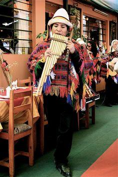 Em roupas típicas nativo das terras andinas toca a zampoña (dulcimer ou . Em Cusco, Peru.  Fotografia: Orlando no Flickr.