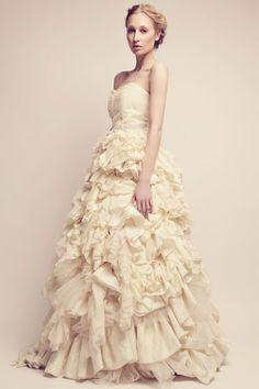 Vestido color crema con pliegues de Alexia Ulibarri.