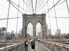 Ponte do Brooklyn, Nova York  Primeira ponte suspensa de a�o do mundo, a ponte do Brooklyn foi inaugurada em 1823 e une a ilha de Manhattan ao bairro do Brooklyn, em Nova York. Atravessada diariamente por milhares de automobilistas, ciclistas e pedestres, ela alcan�a a altura de 37 metros sobre o rio East River  Foto: GoNY/Divulga��o