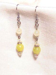 8ミリ玉のレモンジェイドと6ミリ玉のニュージェイド、どちらも優しいイエローの天然石でピアスを作りました(*^_^*)ピアス長さ約5.5cm|ハンドメイド、手作り、手仕事品の通販・販売・購入ならCreema。