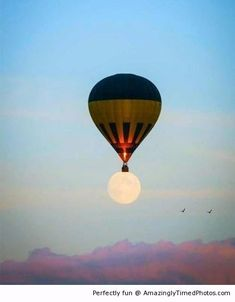 Hot air balloon lands on the moon – If only going to the moon were that easy, it would be the ultimate destination. Air Ballon, Hot Air Balloon, Great Photos, Cool Pictures, Magical Pictures, Amazing Photos, Magic Illusions, Shoot The Moon, Perfectly Timed Photos