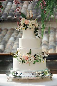 Bolo de casamento delicado decorado com flores de açúcar - branco, rosa claro e verde - com pombinhos no topo do bolo ( Foto: Rafaela Azevedo | Bolo: Lamego Doces )