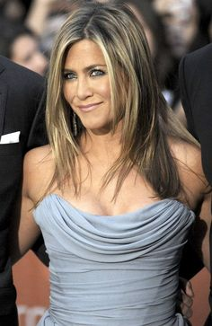 Jennifer Aniston is an American actress, producer, and businesswoman with her most notable role as Rachel Green from Friends. Jennifer Aniston Style, Jennifer Aniston Pictures, Jenifer Aniston, Jennifer Aniston Hairstyles, Rachel Green, Current Hair Trends, Justin Theroux, Corte Y Color, My Hairstyle