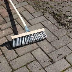 Ako sa zbavíte machu a buriny v zámkovej dlažbe? Garden Tools, Scrappy Quilts, Lawn And Garden, Yard Tools
