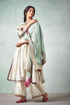 Pakistani Fashion Party Wear, Pakistani Dress Design, Pakistani Outfits, Muslim Fashion, Indian Outfits, Indian Fashion, Indian Clothes, Women's Fashion, Stylish Dress Designs