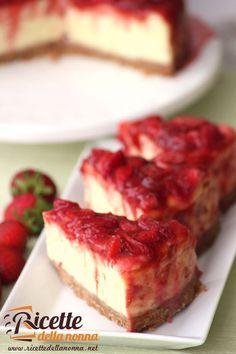 Questa è la ricetta di una cheesecake classica con un topping alla fragola. E' una cheesecake cotta al forno per la presenza di uova e farina nell'impasto della crema, diversamente se avete poco tempo e non volete utilizzare il forno potete provare questa deliziosa cheesecake alla ricotta e pere. Procedimento Per prima cosa sminuzzate finemente […]