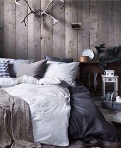 Houten wand geeft zoveel sfeer aan de slaapkamer!