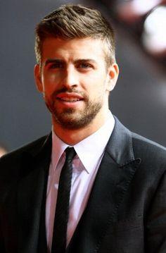 Gerard pique my new guy crush! Pique Barcelona, Fc Barcelona, Gerad Pique, Hello Gorgeous, Shakira, Lionel Messi, Soccer Players, Brad Pitt, Handsome