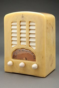 Art Deco 1938 Emerson BT-245 Catalin Tombstone radio beautiful and perfect in an alabaster cabinet with white trim. The alabaster cabinet has brown + white marbleizing that add depth luscious Catalin cabinet.