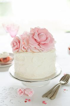 Pink Velvet Cake, this cake could have real roses on top inside of fondant roses… - fondant rose Pretty Cakes, Beautiful Cakes, Amazing Cakes, Pear And Almond Cake, Almond Cakes, Mini Cakes, Cupcake Cakes, Car Cakes, Pink Velvet Cakes