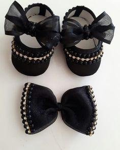 Aquele pretinho Básico que toda princesa tem que ter. Baby Doll Shoes, Cute Baby Shoes, Kid Shoes, Baby Shoes Pattern, Baby Bling, Baby Kit, Baby Sandals, Baby Boots, Baby Kids Clothes