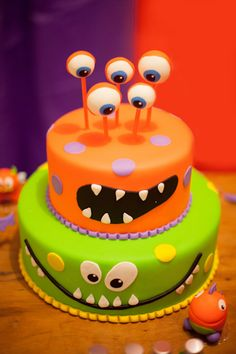 halloween cakes Monster themed birthday party with a colorful monster cake, plush dolls, layered jello, fuzzy headbands, lollipops and lots more goodies! Scary Halloween Cakes, Bolo Halloween, Halloween Torte, Halloween Birthday Cakes, Spooky Scary, Halloween Desserts, Halloween Halloween, Halloween Treats, Halloween Makeup