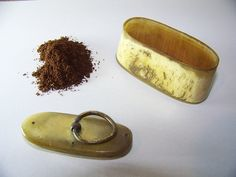 Voici ce que je viens d'ajouter dans ma boutique #etsy : WW1 - Tabatière artisanale pour tabac à priser en corne de boeuf - Trench art poilus 1914-1918 http://etsy.me/2hUgqNz #vintage #collection #tabatiere #prise #tabac #fumeur #trenchart #poilus #ww1