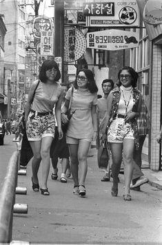 Korean women dressed in short pants in the early walking the streets of Myeongdong, Seoul. Arirang Tv, Korean Photo, Girls Slip, Korean Traditional, Seoul Korea, I Love Girls, Korea Fashion, Women In History, Korean Women