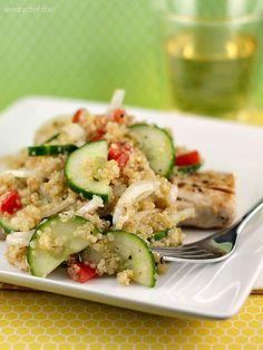 Ensalada de quinoa con pepino, cebolla, ,ajo y vinagreta de limon y aceite