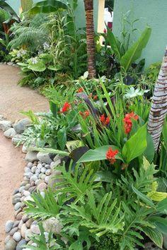Jardín Tropical.  Con flores de la zona y piedras del río.