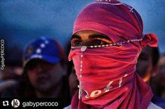 Foto de @gabypercoco Sentir. La ciudad y este país bajo el mismo sentimiento antes tantas agresiones y asesinatos de los uniformados  #ccs #caracas #caminacaracas   #20J Porque en su mirada lo dice todo #vigiliafabianurbina #resistencia #somosmillones #sosvenezuela