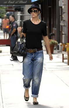 Katie Holmes Photos Photos - Actress KATIE HOLMES wearing a hat and her favorite baggy jeans rolled-up at the bottom while out in new York City.... - KATIE HOLMES Wearing Her Baggy Jeans