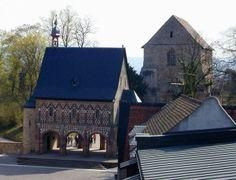 L'abbaye de Lorsch, carolingian gatehouse and basilica fragment (avant-nef de l'église). La porte d'entrée (la Torhalle) est construite au milieu du 9°s en grès rouge et blanc. La fonction originelle du bâtiment est encore inconnue (bibliothèque, salle de réunion?)  Le rez de chaussée est une salle ouverte par à arches.