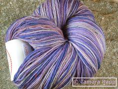 Flackernder Flieder 2 - handgef. Tweed-Sockenwolle von HerzKönigin auf DaWanda.com