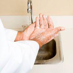 Será que a sua forma de higienizar as mãos está correta?  Com o aumento dos casos da gripe H1N1 no Brasil, a prevenção de doenças contagiosas em ambientes sociais e hospitalares por meio da falta de higiene pessoal veio à tona. Para alertar sobre o assunto, a Anvisa lançou um Manual de Referência Técnica para a Higiene das Mãos. Dentre outras medidas preventivas citadas, a lavagem das mãos é uma das mais importantes.  Veja o manual completo clicando na foto.