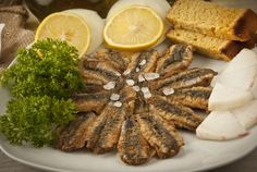 Hamsi, or European anchovy in Turkish, is one of the main ingredients of Turkish Cuisine in the Black Sea region of Turkey. There are many dishes with anchovy, Here you see a fried anchovy dish. Turkish Recipes, Italian Recipes, Ethnic Recipes, Fish And Meat, Fish And Seafood, Turkey Today, Turkish Sweets, Fresh Fruits And Vegetables, Breakfast Recipes