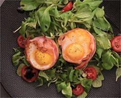 """750g vous propose la recette """"Oeufs nids de bacon"""" accompagnée de sa version vidéo pour cuisiner en compagnie de Chef Damien et Chef Christophe."""