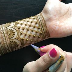 A closer look at the grid design I did in my – Henna Bloq Indian Henna Designs, Simple Arabic Mehndi Designs, Henna Art Designs, Stylish Mehndi Designs, Wedding Mehndi Designs, Mehndi Designs For Fingers, Dulhan Mehndi Designs, Beautiful Henna Designs, Latest Mehndi Designs