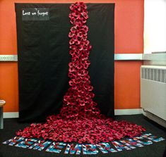 ideas for cascading poppies Remembrance Day Activities, Remembrance Day Poppy, Class Displays, School Displays, Poppy Craft For Kids, Crafts For Kids, Paper Plate Poppy Craft, Poppy Template, Ww1 Art