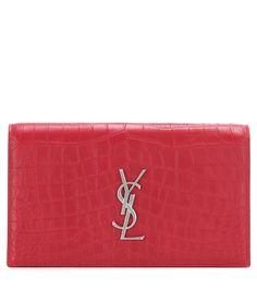 Saint Laurent - Pochette en cuir embossé Classic Monogramme - Réalisée en cuir embossé façon croco - Coloris : New Red - Hauteur : 14 cm Largeur : 24 cm Profondeur : 3 cm - 995€